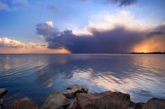 Coucher du soleil à un lac photos libres de droits