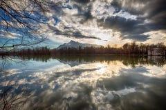 Coucher du soleil à un lac Image stock