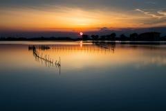 Coucher du soleil à un lac en Italie photos stock