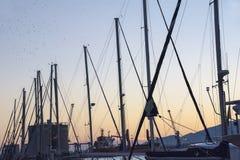 Coucher du soleil à un port Images stock