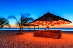 Coucher du soleil à une barre dans une station de vacances Photographie stock