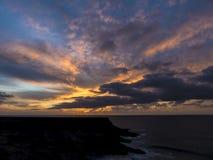 Coucher du soleil à une côte de falaise chez l'Océan Atlantique Photo libre de droits