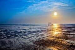 Coucher du soleil à une embouchure Image stock