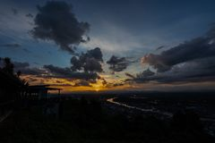 Coucher du soleil à une tache scénique dans Chumphon Thaïlande photos libres de droits