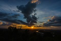 Coucher du soleil à une tache scénique dans Chumphon Thaïlande photographie stock libre de droits