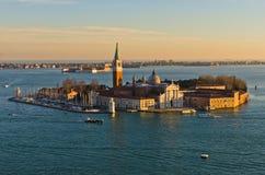 Coucher du soleil à Venise, île avec l'église de San Giorgio Maggiore Photos stock