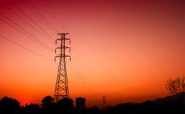 Coucher du soleil électrique à haute tension de poteau Image libre de droits