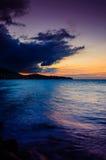 Coucher du soleil épique de détente d'île par la mer Photographie stock libre de droits