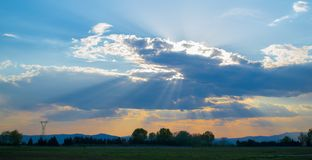 Coucher du soleil étonnant au-dessus du circuit de course à Serrès, Grèce Image stock