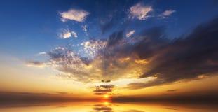 Coucher du soleil étonnant au-dessus d'océan Photographie stock libre de droits
