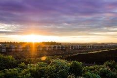 Coucher du soleil étonnant au-dessus de ferme pendant la récolte maximale, fin d'été Images stock