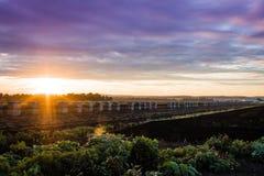 Coucher du soleil étonnant au-dessus de ferme pendant la récolte maximale, fin d'été Image libre de droits