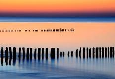 Coucher du soleil étonnant au-dessus de la mer baltique images libres de droits