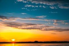 Coucher du soleil étonnant au-dessus de lac Photographie stock libre de droits