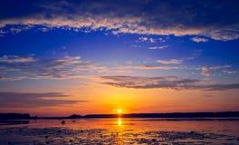 Coucher du soleil étonnant au-dessus de lac Image libre de droits