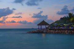 Coucher du soleil étonnant au digue Seychelles de La Image stock