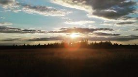 Coucher du soleil étonnant avec des nuages Photo libre de droits
