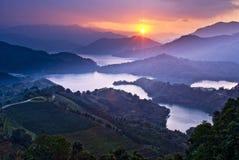 Coucher du soleil étonnant avec les montagnes étonnantes Photographie stock libre de droits