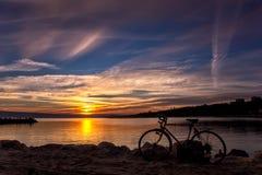 Coucher du soleil étonnant avec une bicyclette Images stock