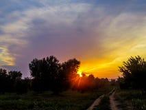 Coucher du soleil étonnant dans la campagne photos stock