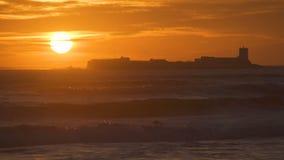 Coucher du soleil étonnant dans la plage avec une petite île clips vidéos