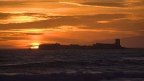 Coucher du soleil étonnant dans la plage avec une petite île banque de vidéos