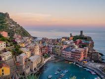 Coucher du soleil étonnant dans Vernazza photos libres de droits
