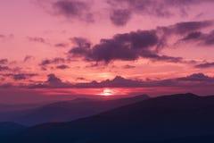 Coucher du soleil étonnant de montagne image libre de droits
