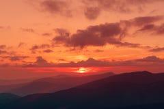 Coucher du soleil étonnant de montagne images stock