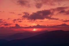 Coucher du soleil étonnant de montagne photographie stock