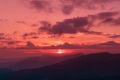 Coucher du soleil étonnant de montagne photos stock