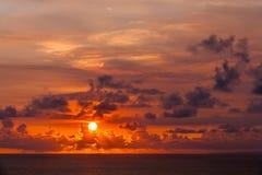 Coucher du soleil étonnant de temple d'Uluwatu, Bali, Indonésie images stock