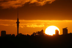 Coucher du soleil étonnant de tour de ciel Photos stock