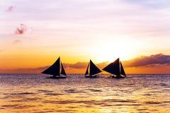 Coucher du soleil étonnant en mer Bateau à voiles images stock