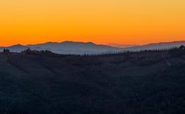 Coucher du soleil étonnant en Toscane images libres de droits