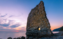 Coucher du soleil étonnant près de roche de voile en Russie Images stock