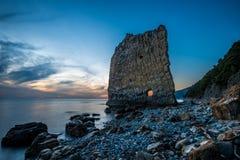 Coucher du soleil étonnant près de roche de voile en Russie Photographie stock libre de droits