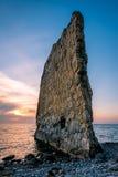 Coucher du soleil étonnant près de roche de voile en Russie Photo stock