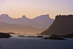 Coucher du soleil étonnant sur la côte de la Norvège photographie stock libre de droits