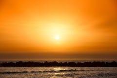 Coucher du soleil étonnant sur la plage Photos libres de droits