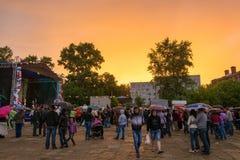 Coucher du soleil étonnant sur la ville Kokhma, région d'Ivanovo Photos stock