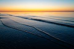 Coucher du soleil étonnant vif dans les pays Baltes - le crépuscule en mer avec l'horizon illumine par le soleil photos libres de droits