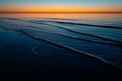 Coucher du soleil étonnant vif dans les pays Baltes - le crépuscule en mer avec l'horizon illumine par le soleil image stock