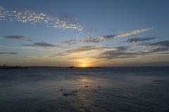 Coucher du soleil étonnant vu de la mer Images stock