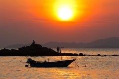 Coucher du soleil étouffant en mer Image stock