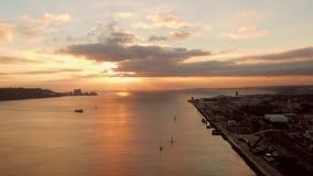 Coucher du soleil aérien au-dessus de baie de mer de Lisbonne avec la tour de Belem banque de vidéos