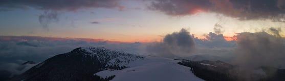 Coucher du soleil aérien de bourdon au secteur de ski de Monte Pora dans la saison d'hiver Alpes d'Orobie Photographie stock libre de droits