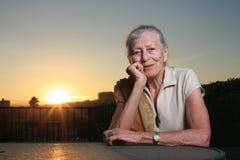 Coucher du soleil aîné de femme Image libre de droits