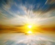 Coucher du soleil abstrait sur la mer. Rêve Photo stock