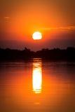 Coucher du soleil africain au-dessus du delta d'Okavango photographie stock
